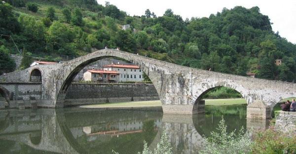 """PONTIFEX, significa colui che """"costruisce ponti"""". fra gli uomini, coi lontani, coi poveri, con Dio"""