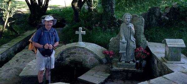 Poco prima di Melide, sul Primitivo, area di riposo, con giardinetto a tema: il ponte, la croce e S. Giacomo