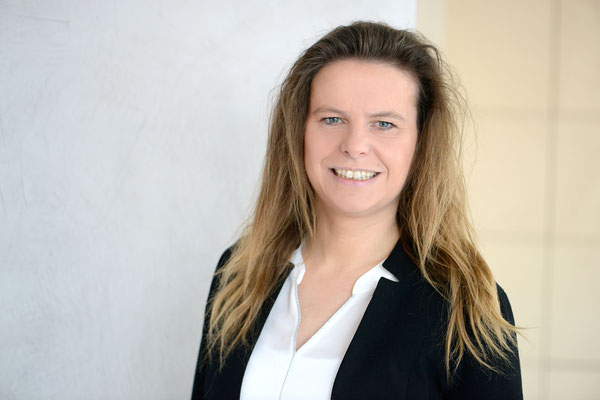 Heidi Reinhardt Kokreatives Coaching Business Coach Coaching und Fuehrung Kunst Aufnahme Gesicht weiblich groß beiger Hintergrund