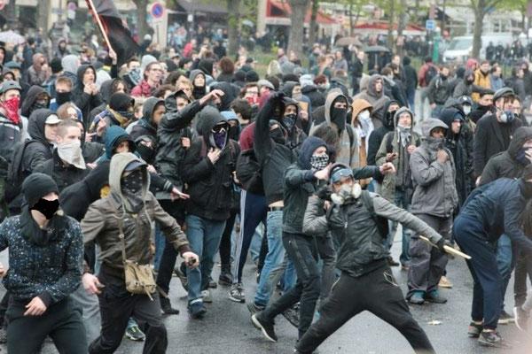 Militante aktivister i kamp med de paramilitære politistyrker CRS (Compagnies Républicaines de Sécurité)
