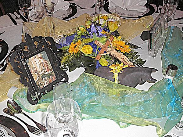 ein Tisch mit Tischdekoration und Blumen und Gläser