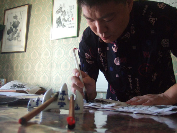 Pablo Zhong,Prof. chino. Le gusta escribir y pintar.