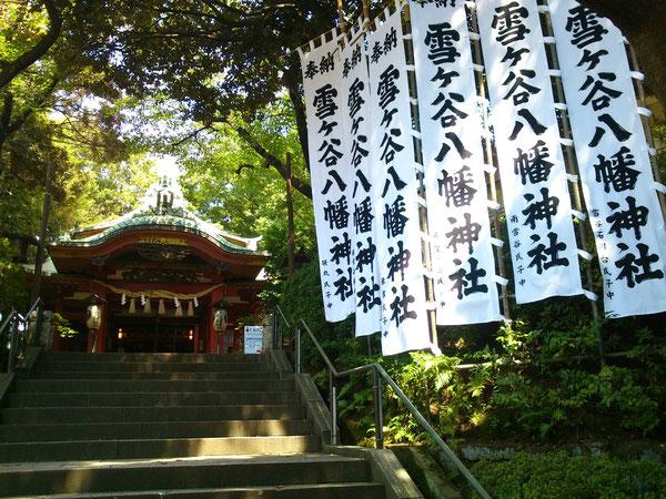 東京都 約5メートルの神社のぼり。光が映える白と黒。