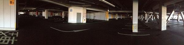 地下駐車場内観