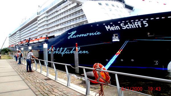 Vorab haben sie das Schiff im Hamburger Hafen besucht