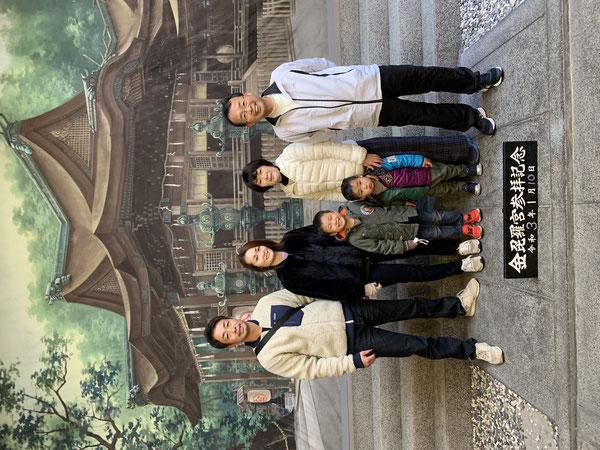 参道の途中にある創業80年の矢尾写真館で参詣記念撮影 2021年1月10日