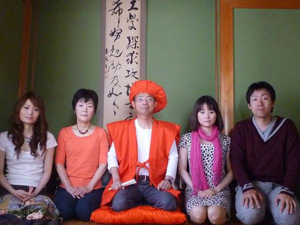 2010年5月3日還暦  東京に住んでいる娘夫婦が、私の還暦祝いに「赤いちゃんちゃんこ」「赤頭巾」「赤座布団」を贈ってくれたので、わが家の床の間の前で家族全員で記念撮影。「子曰く、吾れ六十にして耳順がう」。孔子のようにはできませんが、これを機会に、他人の意見にも素直に耳を傾けられるようになるつもりです。