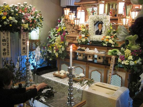 母・和三子が16年間の闘病生活に終止符を打ち,3月7日午前1時に入院先の早明浦病院で満83歳と6ヶ月の生涯を閉じた。本山町の嶺北葬祭会館「ききょう」で,8日19時より通夜祭,9日12時より神葬祭を執り行った(2012.3.9)