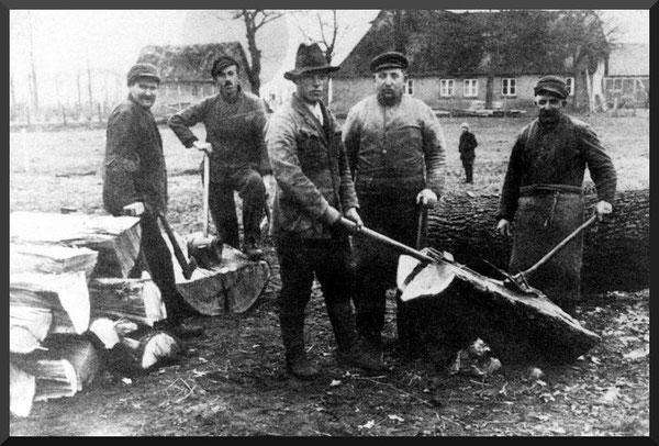Männer beim Holzklöben