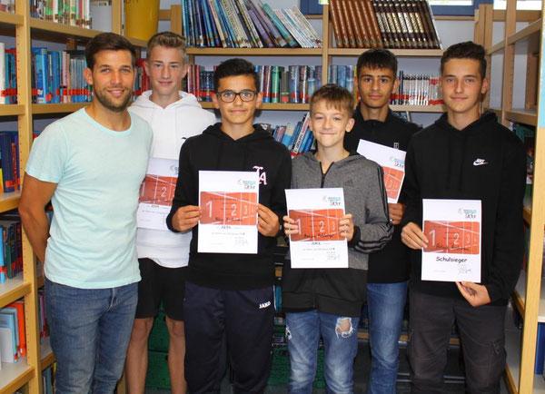 V.l.n.r.: Sportfachleiter Florian Wagenblatt, Marek Vollmer (9d), Albin Rhramani (8d), Marvin Holzberger (6b), Alaattin Bayram (8b), Arlind Rhramani (9d)