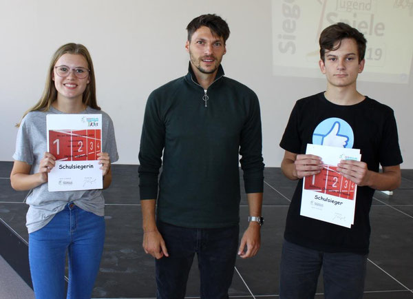 Die beiden Schulsieger Helen Hupertz und Dominic Hermann mit Herrn Naegele