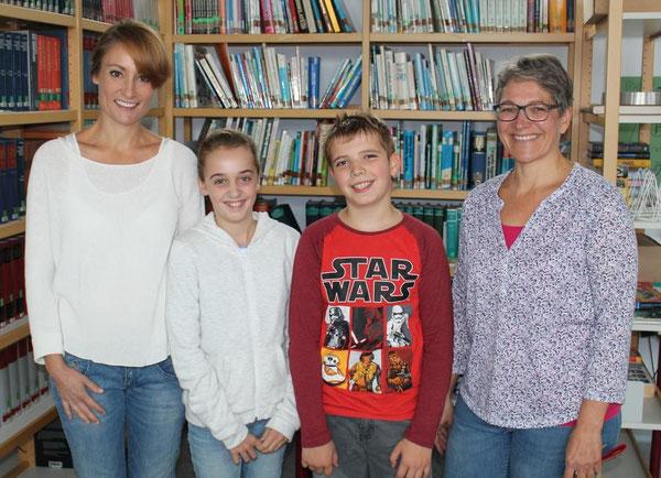 Frau Ries (Deutschlehrerin 7d), Hanna Wünschel (7d), Manuel Dold (5d) und Frau Supper (Deutschlehrerin 5d)