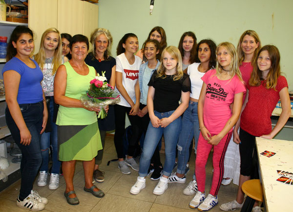 Frau Hellmann im Kreise ihrer Schülerinnen und Schüler