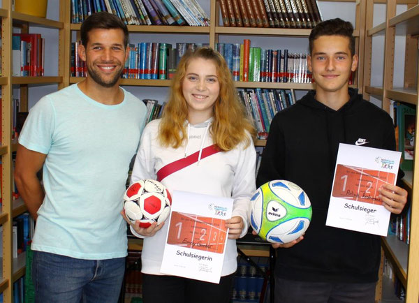 Sportfachleiter Florian Wagenblatt mit den beiden Schulsiegern Emely Gander (9d) und Arlind Rhramani (9b)