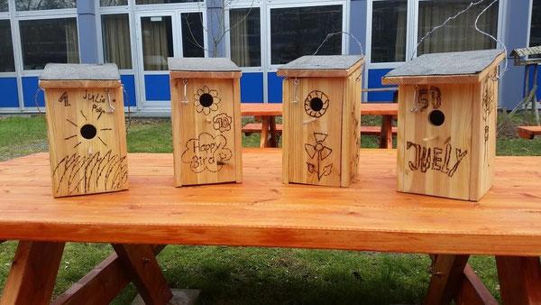 Die Kinder durften die Vogelhäuschen mit dem Brennpeter individuell gestalten