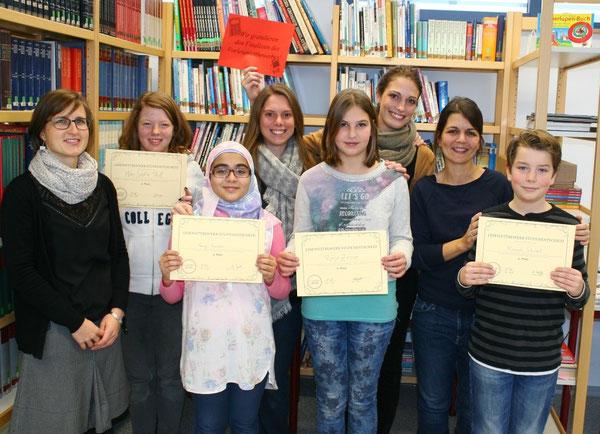 V.l.n.r.: Frau Siegert, Mara-Sophie Pfaff (6b), Nancy Souidan (6a),  Frau Speth, Ronja Zeiner (6c), Frau Marz, Frau Schäfer, Manuel Schubert (6d, Schulsieger)