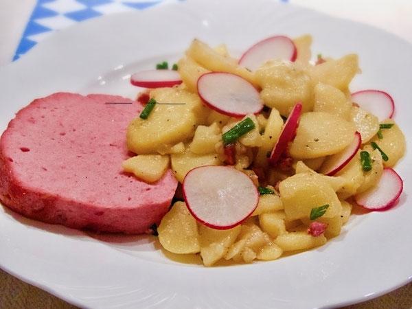 Warmer Bayerischer Kartoffelsalat mit Leberkäse
