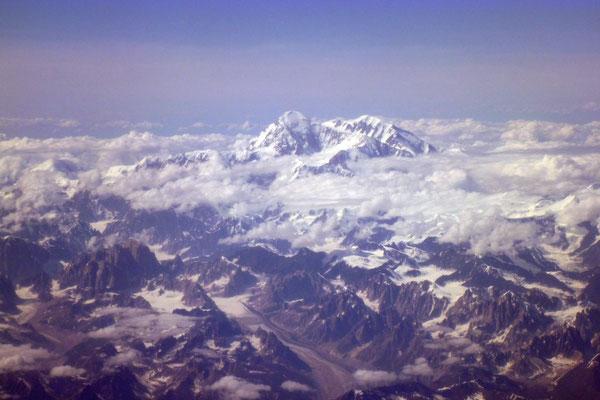 Aus dem Flugzeug wirkt er noch mächtiger: Mt. Denali (McKinley)