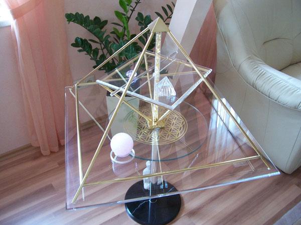 Foto:  Energie Pyramide im Wohnzimmerbereich - Dekorativ im edlen Design