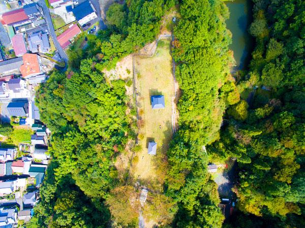 高山城跡 地上100mからの風景(写真中央が物見櫓、写真右側が穴弘法)