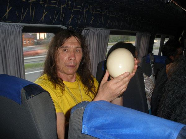 А это уже я взял страусиновое яйцо  подержать  на показ