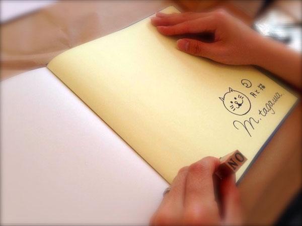 限定版には、月と猫のイラストとサイン、シリアルナンバー付