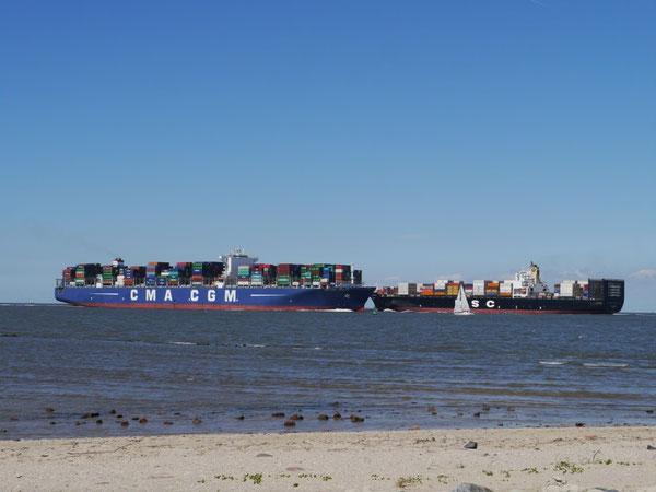 Bild: Zwei Containerschiffe begegnen sich in dem engen Fahrwasser vor der Kugelbake