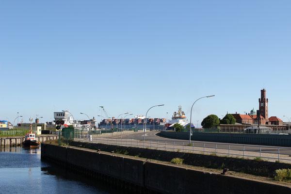 Die Schleuse zum Neuen Fischereihafen in Cuxhaven
