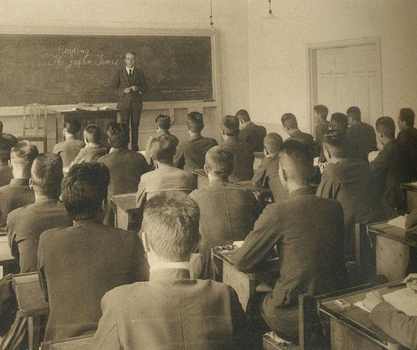 大分高商での授業風景写真。黒板に「Reading The Japan Times (ジャパンタイムズを読む)」と書かれている。ジャパンタイムズは1897年(明治30年)に創刊された。(著者所収)