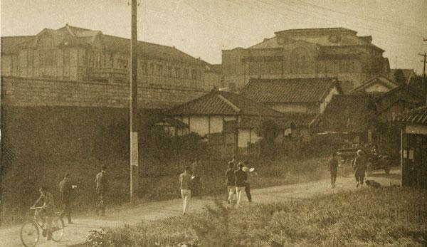 顕徳町側から坂を登っていく学生たちの登校風景。左遠方に大分高商本館が見える。(著者所収)