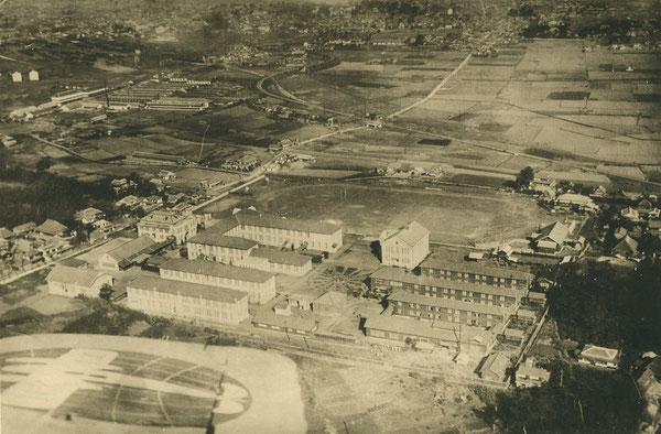 大分高商の航空写真(画面上が北の方向)。写真中央に校舎、その北側にグランドが見える。上の大分市街図と、下の大分高商平面図(図上が北)と対比するとわかりやすい。(著者所収)