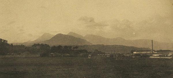 大分高商から北西方向を眺めた風景。高崎山を中心に左に由布山、右に鶴見岳の稜線が見える。大分高商の卒業アルバムより(著者所収)