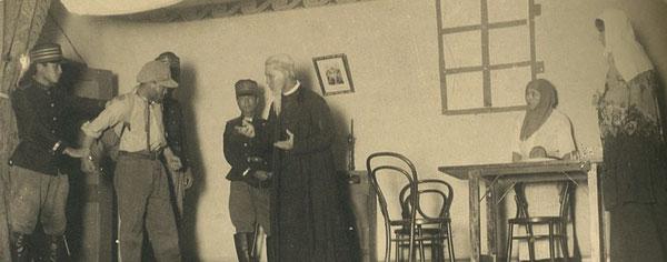 大分高等商業学校の生徒が演じた英語劇(著者所蔵)。演劇の経験があったホーンビー先生の妻が劇の指導をしたといわれる。:著者所収