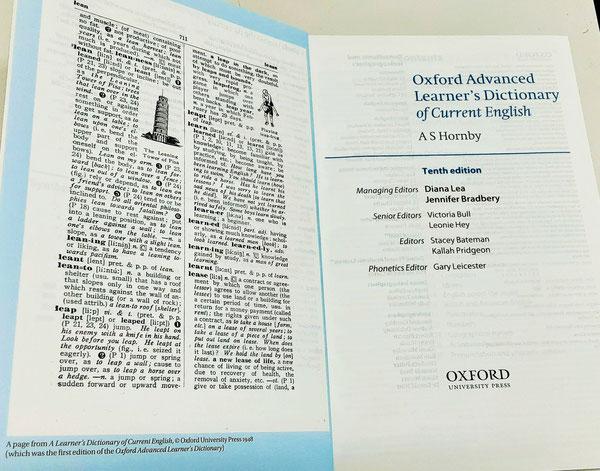 現在、世界中で使用されている『Oxford Advanced Learner's Dictionary(オックスフォード現代英英辞典)第10版(2020年刊)』の見開きページの題名の下に、AS Hornby と大きく書かれている。左側には、1948年に英国で出版された初版の1ページが掲載されているが、その原版は日本で1942年(昭和17年)4月に出版された。(ダブルクリックすると拡大します)©Oxford University Press, ©旺文社