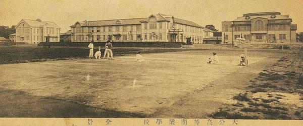 上の写真から大分高商のグランドに入って、学校本館、講堂、正門を見た風景。(著者所収)
