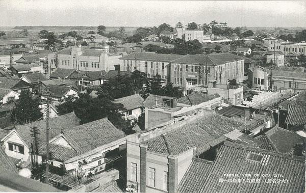 昭和初期の大分市街の絵葉書。竹町の一丸デパート屋上から北方向(写真上中央遠景に府内城と大分県庁が見える)を撮影した写真。昭和20年(1945年)7月の大分空襲にて、大分市街はほぼ全焼する。(著者所収)