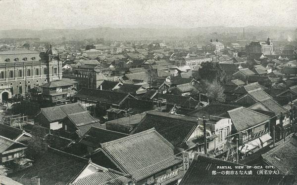 昭和初期の大分市街の絵葉書。竹町の一丸デパート屋上から南方向(写真右遠方に大分駅前の日本銀行大分支店、さらに遠方は上野丘の方向)を撮影した写真。(著者所収)