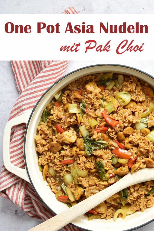 One Pot Asia Nudeln mit Paprika und Pak Choi, vegetarisch, vegan, One Pot aus dem Thermomix, oder zusätzlich mit Fleisch oder Fleischersatz für Hühnchen, was separat in der Pfanne gebraten und dann zugegeben wird.