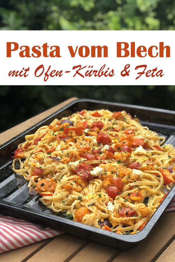 Pasta vom Blech mit Ofen-Feta und Ofen-Kürbis - Kürbis und Feta werden einfach mit etwas Olivenöl und Thymian im Ofen gebacken, die Nudeln gekocht und danach sofort auf dem Backblech vermischt