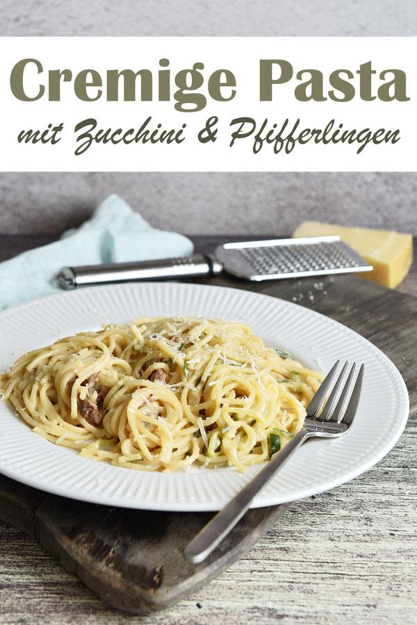 Cremige Pasta mit Zucchini und Pfifferlingen, Pasta gart in der Soße, Zucchini als Spiralen werden kurz vor Ende der Kochzeit zugegeben, Pilze werden separat dazugegeben, wen sie also einer nicht mag, kann man sie für denjenigen weglassen, vegetarisch