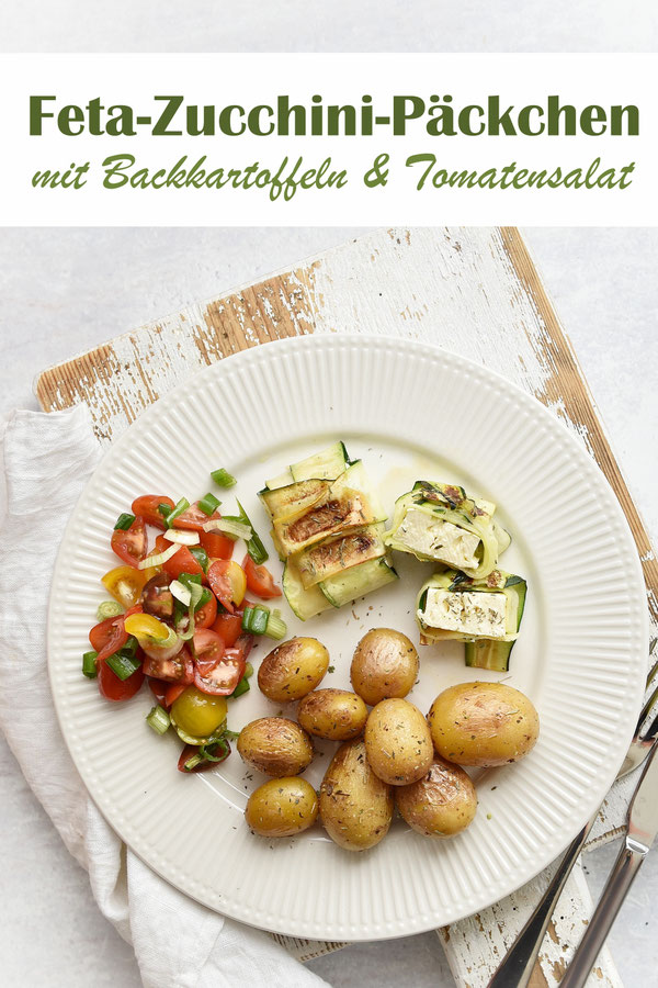 Feta Zucchini Päckchen mit Backkartoffeln und Tomatensalat, vegetarisch grillen
