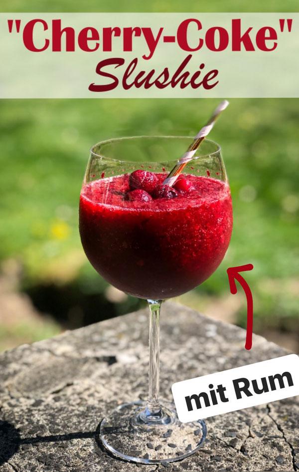 Cherry Coke Slushie, gefrorene Kirschen gemixt mit Eiswürfeln, Cola, Rum und etwas Kirschsirup wahlweise Zucker - ein fantastisches Getränk für deine Terrasse, im Thermomix oder im Mixer ruck zuck gemacht