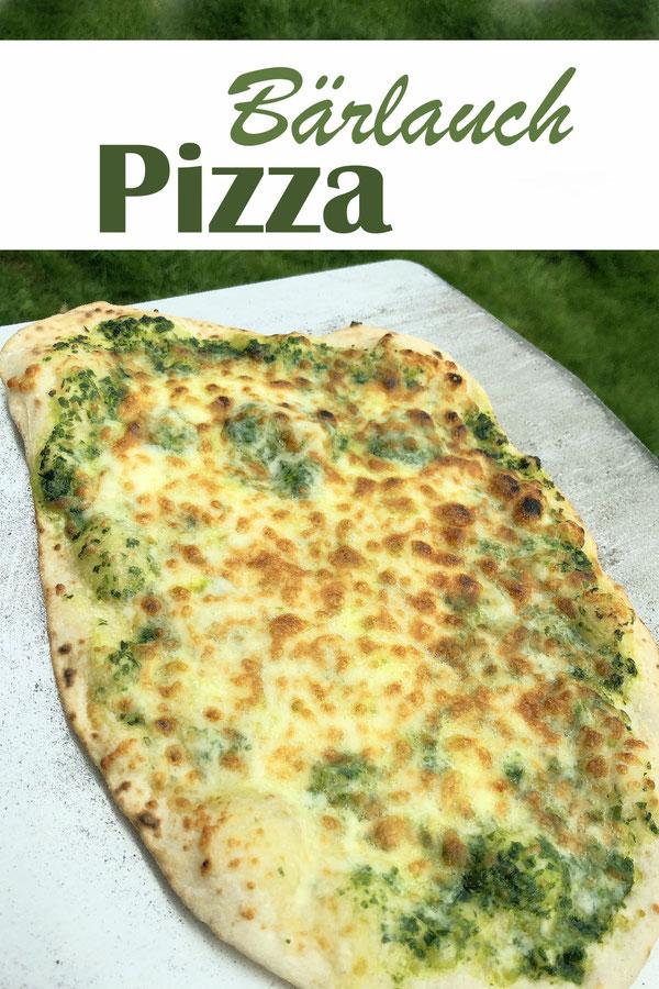 Bärlauch Pizza, 3 Zutaten (Pizzateig, Bärlauchpaste, Käse), in Scheiben geschnitten als Snack zu einem Glas Wein, Thermomix