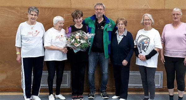 ATSC-Vorsitzender Manfred Abbes gratuliert mit einem Blumenstrauß