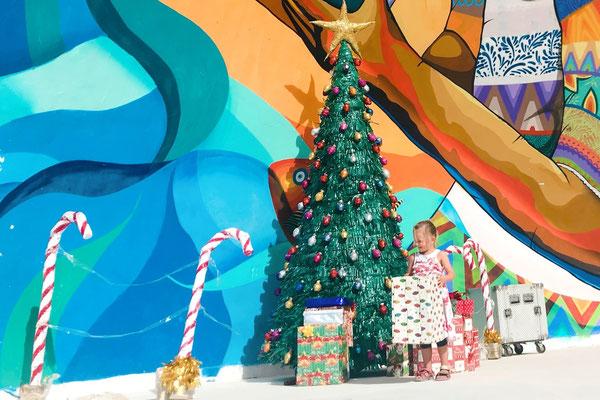 Weihnachtsdekoration in Holbox. Tannanbaum und Geschenke