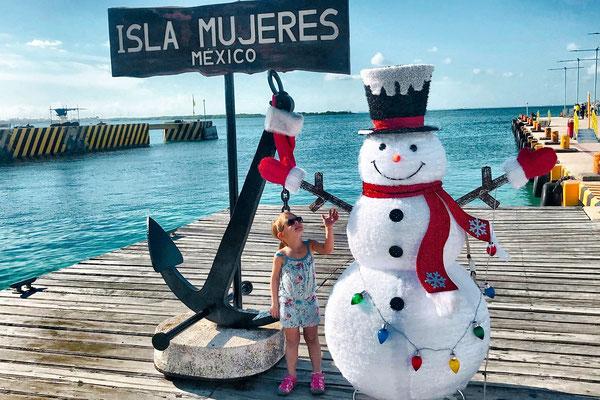 Isla Mujeres: Kind und Weihnachtsdekoration