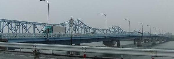 三河高浜と尾張亀崎を結ぶ衣浦大橋:片側2車線の長大橋ながら橋詰の信号のせいで流れが悪い