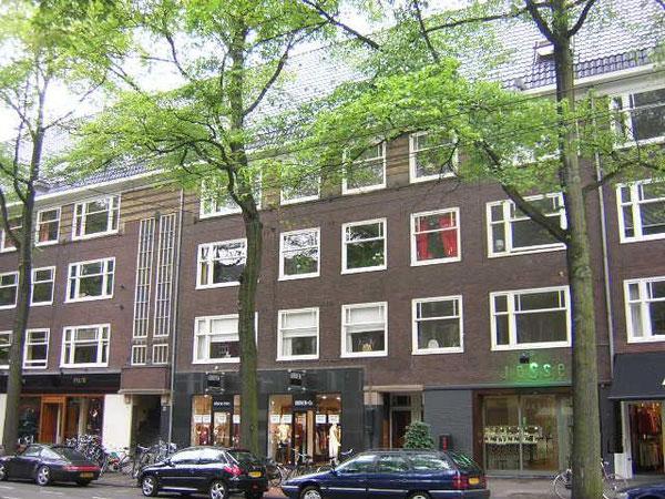 アムステルダムの下駄履きアパート(第二次大戦直後に完成した労働者向け団地)