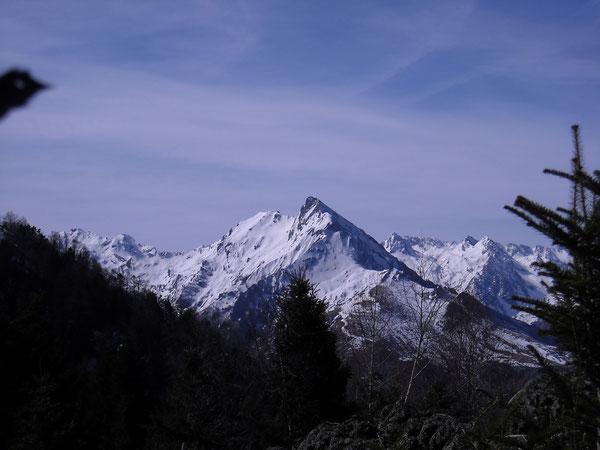 Le pic du Midi d'Arrens, à droite les grand et petit Gabizos, vu du soum de Pène