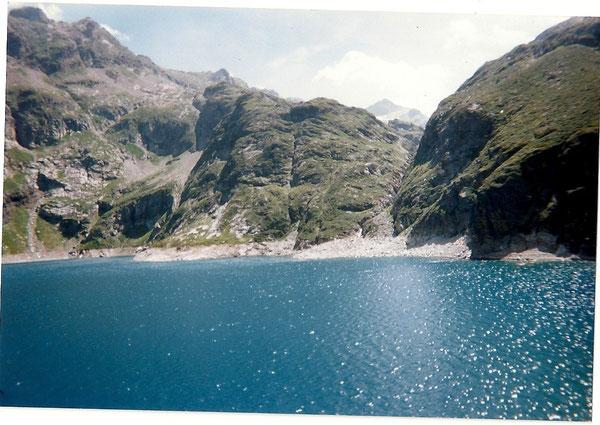 Le lac de Caillauas, vaste et profond de 100 m .